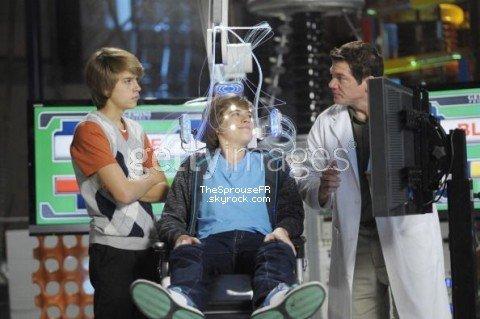 """♦ Nouvelles photos (3/5) du tournage de """"Suite Life on Deck Movie"""" ♦"""
