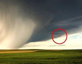 صورة نادرة لطائرة ركاب وسط عاصفة محملة بسحب سوداء!