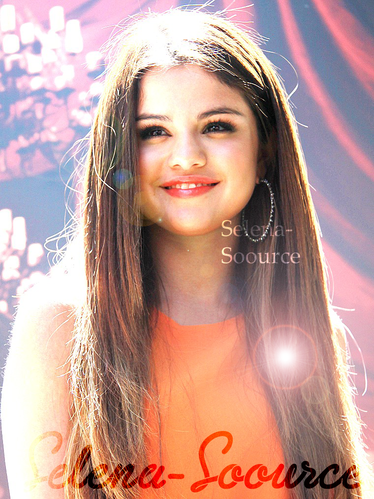 .  Bienvenue sur Selena-Soource ! Ta source pour suivre la petillante Selena Gomez !  .