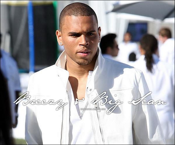 """. _Informations « Big Sean parle du chanteur Chris Brown ! »____Ton avis ? Texte par chrisbrownfrance.com, reformulé par mes soins. Merci de créditez ! .  Le rappeur Big Sean raconte sa rencontre avec notre Breezy quand ce dernier s'est présenté en backstage d'un de ses concerts. Voici se que Big Sean, jeune nouveau dans l'industrie musical dit de Chris Brown : « C'est dingue parce qu'il est venu comme ça à un de mes shows et je me suis dit """"Mais qu'est-ce que Chris Brown fait ici ?"""" Il est venu genre """"ça va la famille ? Je surkiffe ta musique, je suis prêt à bosser, bossons ensemble ! """" Je me suis dit """"Merde, c'est dingue qu'un mec qui a un tel niveau de succès et qui est dans l'industrie depuis longtemps vienne taper la discute avec un nouvel artiste comme moi."""" » Les deux chanteurs ont enregistré 7 ou 8 sons, dont « My Last », un des titres pour la mixtape « In My Zone 2 » ou encore le titre « Papers, Scissors, Rock » qui sera sur F.A.M.E. Au-delà du travail en studio, les deux hommes sont aussi devenus amis : « On est devenu de bons potes, et dans cette industrie c'est un de mes seuls potes. » dit aussi le chanteur Big Sean. Et alors que Chris a connu des hauts et des bas dans sa carrière, le protégé de Kanye West pense que Chris est sur la voie de la rédemption :« Je pense vraiment qu'il revient, il travaille plus dur que beaucoup de gens que je connais, c'est tout. Je pense qu'il va finir comme un des meilleurs entertainers de tous les temps, et de loin. J'en suis presque sûr. Si c'est ce mot que vous voulez utiliser 'un comeback' je suis d'accord oui. C'est un être humain, mec. Il fait ce qu'il fait, c'est mon pote, alors je suis très fier de lui. » ."""