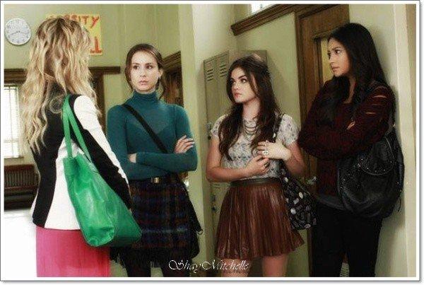 """.  Stills de l'épisode 2x23 intitulé """" Eye of the Beholder """"  !   .  Résumé de l'épisode :   Aria, Emily, Hanna et Spencer sont à la recherche de ce que Alison savait avant de mourir et il se pourrait qu'elles aient pris une large avance lorsque quelqu'un appartenant au passé d'Alison réapparaît. Duncan pourrait détenir la clé detoutes les trouvailles des filles, mais peuvent-elles suffisamment lui faire confiance et baisser leur garde? Juste au moment où elles pensent que Duncan est peut-être leur seule piste, Jason tombe sur un sac d'effets personnels appartenant à Alison qui pourrait être plus qu'un simple sac de poubelle. Pendant ce temps, le retour de Toby à Rosewood apporte une réunion inattendue qui se termine dangereusement. .   + quelques petits secrets beauté sur Shay ...  ."""
