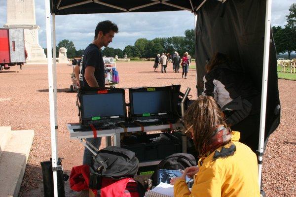 Et le caméraman derrière sa caméra, les techniciens en régie