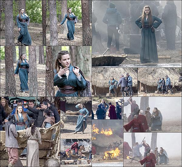 27 Avril2019: ▬Katherine à été photographiée pendant qu'elle tournait une scène pour la série Netflix «Cursed.» Le tournage de la série se déroule principalement àFrensham un petit village, en Angleterre. Katherine joue le rôle de Nimue.