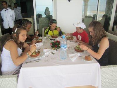 Debut du repas avec vue sur la mer...