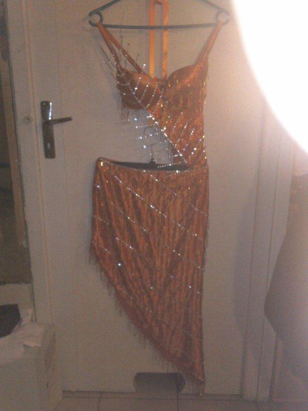 Robe de marié du soir a vendre 700¤  a débattre + couronne +bracelet+ boucle d'oreille + collier