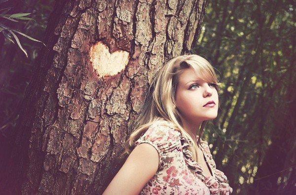 """""""Peut-être que tomber amoureux se résume à ça : trouver quelqu'un qui vous fait sentir un peu moins seul."""""""