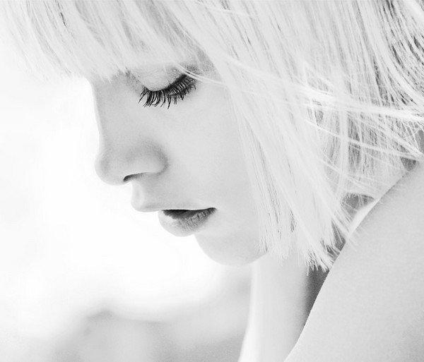 """""""Tu viendras longtemps marcher dans mes rêves, tu viendras toujours du côté où le soleil se lève. Et si malgré ça j'arrive à t'oublier, j'aimerais quand même te dire, tout ce que j'ai pu écrire, aura longtemps le parfum des regrets..."""""""