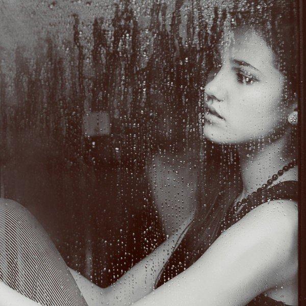 """""""C'est ton nom qui manque à coté du mien. Ce sont des draps défaits, une chaise vide, des sanglots étouffés, une lettre que tu n'as pas écrite, un verre à moitié vide, c'est un vent glacé sur ma vie, un téléphone qui ne sonne pas, l'attente du petit jour, des volets fermés, la pluie qui glisse sur la vitre. C'est un manque, un vide. C'est notre amour en un refrain et deux couplets. C'est trop court, bien trop court."""""""