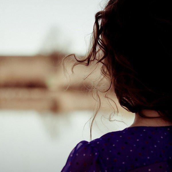 """""""Elle avait l'air si jeune. En même temps il m'avait semblé qu'elle connaissait vraiment la vie, ou plutôt qu'elle connaissait de la vie quelque chose qui faisait peur."""""""