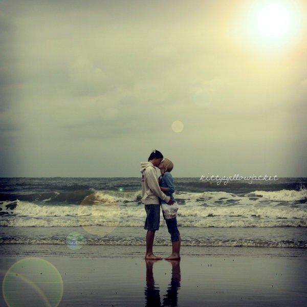 """""""D'l'amour j'en voulais plus et bon sang te voilà. C'est vrai que j'ai la frousse, mais si tu me la tends, cette main qui est plus douce que toutes celles d'avant, je m'y cramponnerai. Tant pis pour le naufrage. Tu seras ma bouée et je ferai bon voyage. Puisque l'amour c'est con et puisque ça déçoit... Alors tu seras ma plus belle déception."""""""