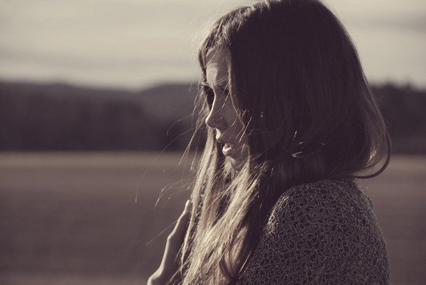 """""""Des larmes roulaient sur mes joues. Je pleurais parce que c'était ma seule façon d'éclater. De joie, de peur, de désir. Je pleurais parce que c'était un moment magique et que ces moments ne tiennent qu'à un petit fil qui, à tout instant, peut lâcher. [...] Le petit fil avait cassé. J'aurais dû m'en douter. Il ne tient jamais. Chaque fois que l'un se sent prêt à déposer ses bagages, l'autre s'enfuit. Ou meurt. La vie n'est qu'une suite de déchirures. Alors, il faut se protéger. Ne jamais entrer en gare. Toujours continuer. Filer. Sans s'arrêter. Sinon, chaque fois que le train repart, on est plus petit, plus vide et plus perdu. Il fallait faire vite. Sauter même si le train roulait. Sauter au risque de se blesser. Sauter pour sauver sa peau. J'avais presque réussi à croire, encore, une dernière fois, qu'il existait des gens sur qui on peut s'appuyer. Sur qui on peut compter. Qui ne fuient pas, ne disparaissent pas, ne tombent pas. Je m'étais trompée."""""""
