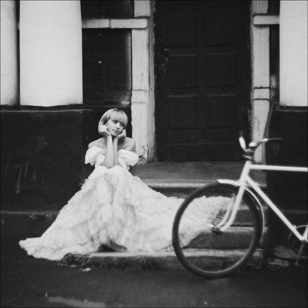 """""""L'amour, lui, vous console de toutes les déceptions. Il balaye la poussière sur son passage, vous débarrasse de ce qui n'a pas d'importance. Les gens disent qu'on est fou de croire que le premier amour peut durer toujours. Si nous n'étions pas fous, nous n'accepterions même pas de grandir. A quinze ans, il faut être fou pour s'accrocher à la vie, pour croire qu'elle en vaut la peine."""""""