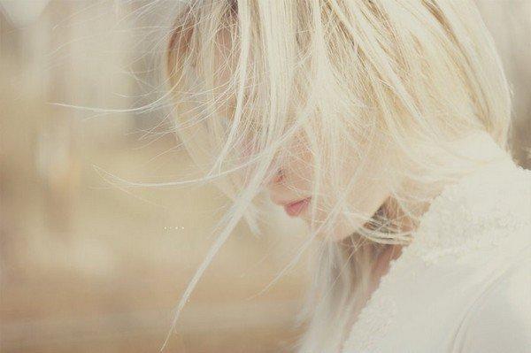 """""""Elle va avoir trente ans, elle est jolie quand elle y prête attention, parfois on se retourne sur elle, on la dévisage, parfois elle est grise, on ne la voit pas. On dit qu'elle est douce, fantasque, un peu sauvage. Qu'il y a dans son regard, quand elle se tait, quelque chose qui met à nu. Que parfois sa voix se brise, quand elle rit. Elle n'a aimé qu'un homme, un homme qui est parti."""""""