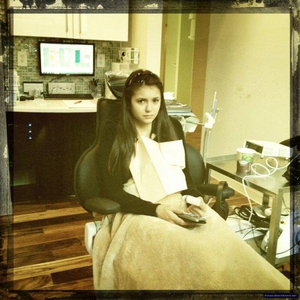 23 novembre 2011 ♣ Nina a Twitté une photo lorsqu'elle était chez le Dentiste.