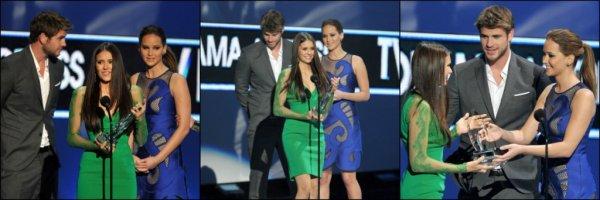 11 janvier 2012 ♣ Nina était aux People Choice Awards. Elle a gagner le prix de la meilleurs actrice dramatique, Ian a même posté un Tweet en son honneur : 'Bravo Nina !!! Tu as gagné !!!! Les gens t'aiment ;) Tu assures bébé, vraiment'.