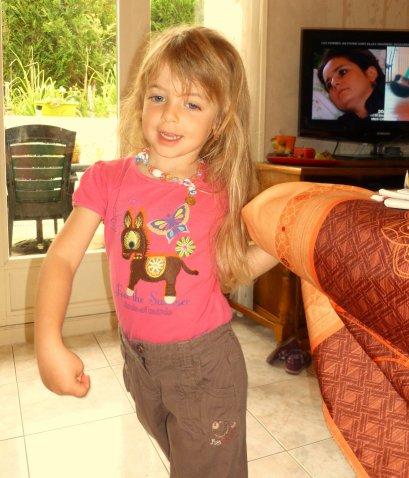 JE SUIS JOLIE COMME TOUT                                               vous avez vue le joli petit tee-shirt                      !et oui j'aimes les ânes et les chevaux et les chiens et les chats