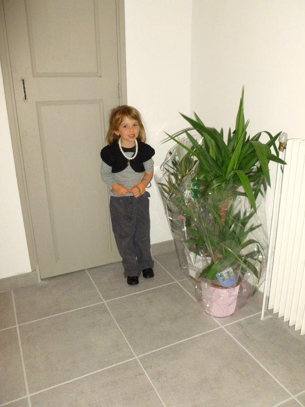 dans l'entrée ELYSA prends  la pose avec les fleurs de tata