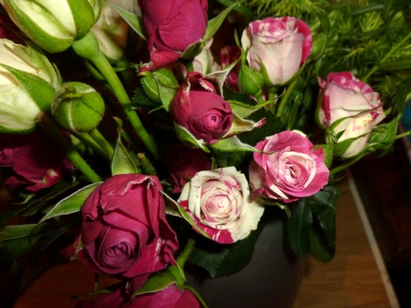 voici les petites roses avec lesquelles j'ai composée mais pas fait de photo et non je