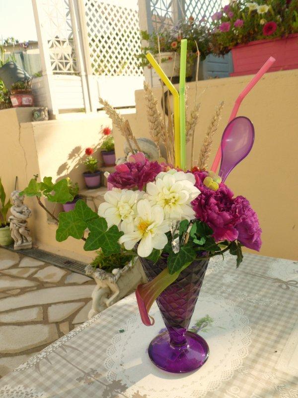une petite coupe de  fleurs