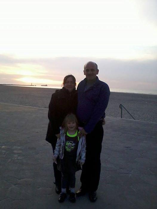 moi ma femme et la puce  a la mer devant se coucher de soleil magnifique