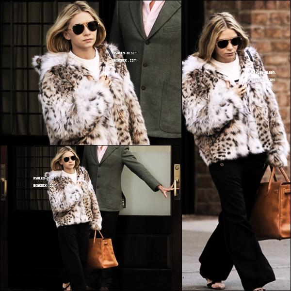 """07/10/11  : Ashley a été vu quittant son hôtel, le """"Greenwich"""" à Tribeca à New York.  Je n'aime trop pas la tenue d' Ashley. Son manteau en fourrure avec des sandales, ça le fait pas... donc FLOP."""