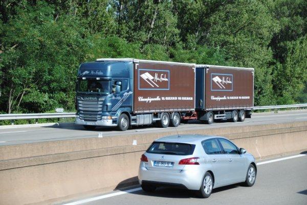 Transport Foulon Un des rares camions-remorque traditionnel de l'entreprise.