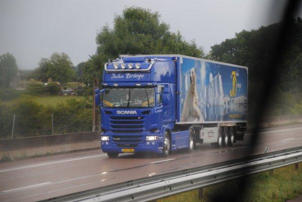 Transport John Driege sur l'A6 sous la pluie.