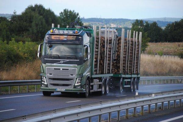 Transport de bois sur les routes de l'Allier.