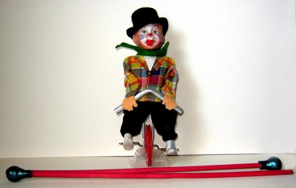 """ FEWO "" CLOWN ACROBATE EN VELO SUR FIL ."