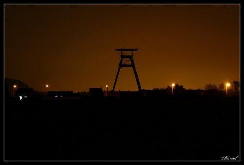 une belle photo de fosse n°9 dans la nuit de roost- warendin