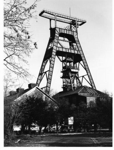 une belle photo en noir et blanc de fosse n°9 de roosd -warendin à l'époque
