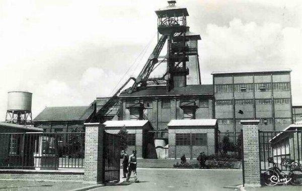 une ançiènne photo l'entrée de fosse n°6/14 de fouquières lez lens des mines de courièrres au début des années 1950
