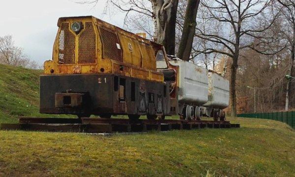 une loco qiu tirer des wagonners  on fond des galeries des mines de charbon
