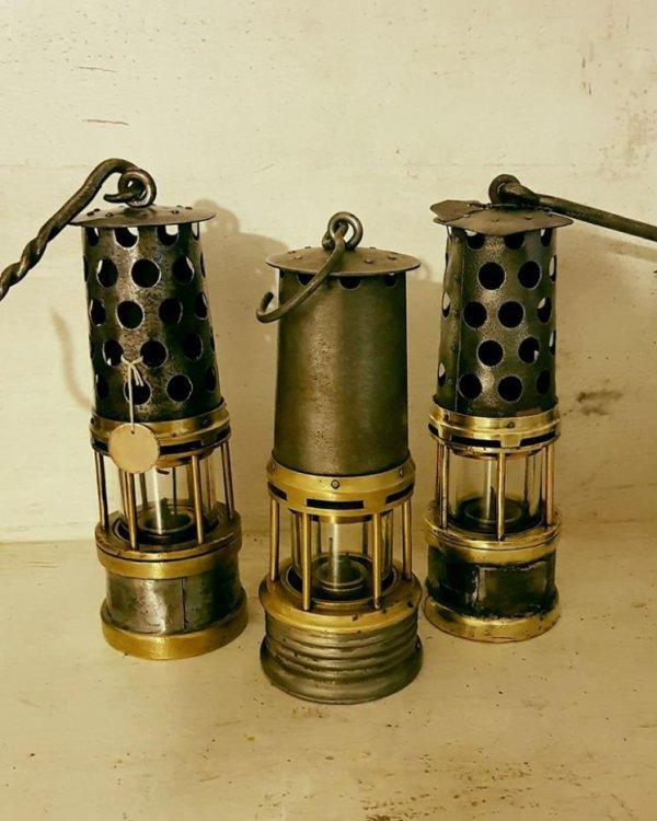 une trés belle photo avec trois lampes de mineurs