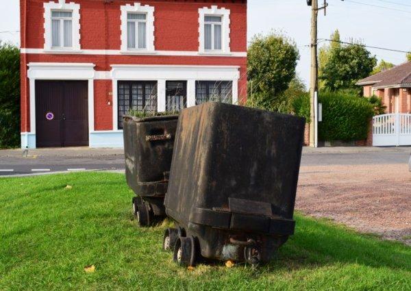 une belle photo des wagonnets coté de fosse 3bis ou st amé tiré à l'époque par des fils de mineurs à l'age de 12 ans
