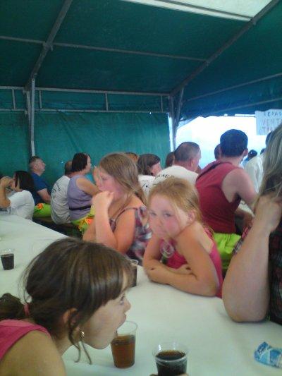 repas sous un chapiteau  lors d'un  défilé en vacances