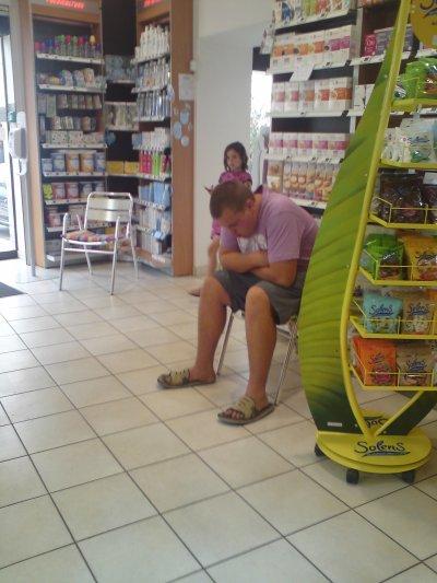 mon tonton alexandre a la pharmacie juste avant de se faire hospitaliser en vacances
