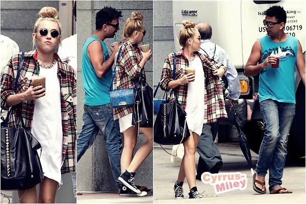 . 27.07.2012 • Miley se promenait  dans les rues de Philadelphie avec son ami Vijat Mohindra.   .