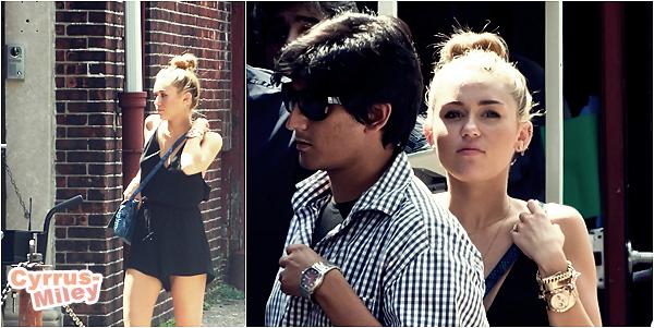 """. 31.07.2012 •  Miley a été aperçu sur le set du film """" Paranoia """" dans lequel Liam joue.   ."""