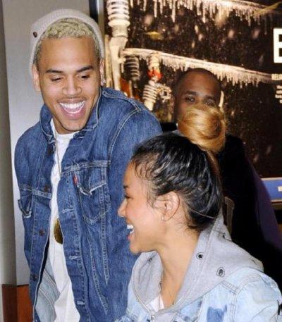 Chris Brown souriant à l'aeroport