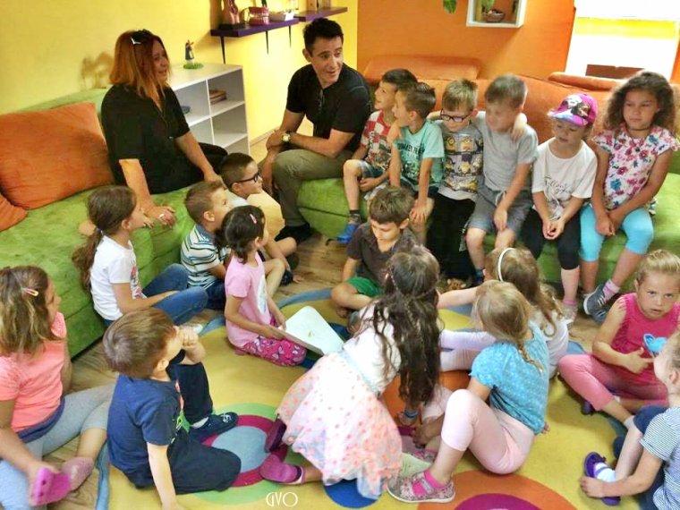 Goran en visite dans une école