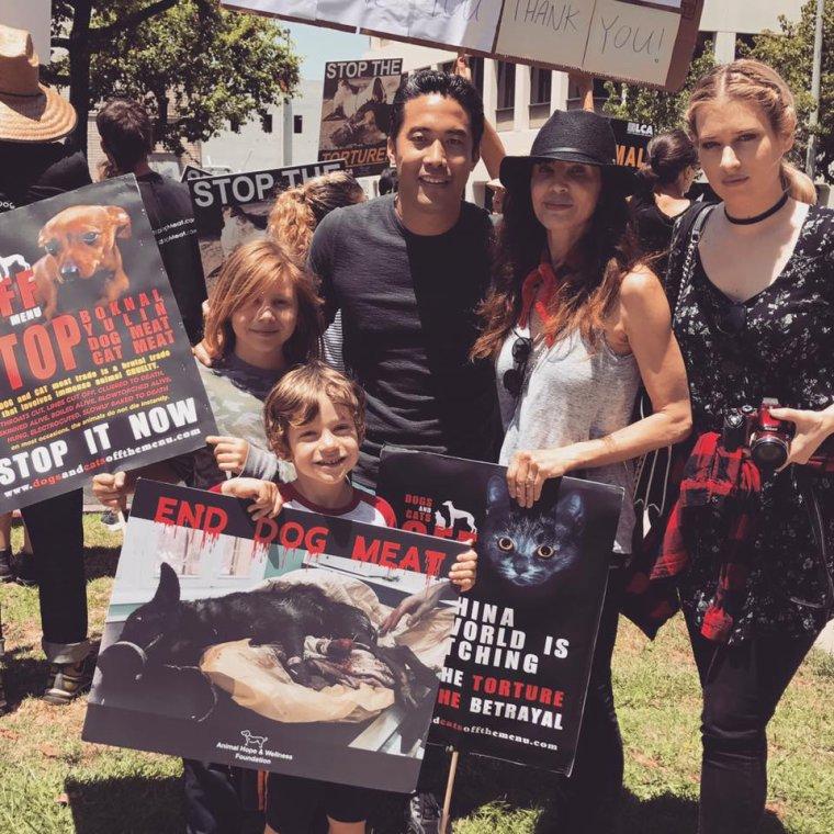 Eva Visnjic à LA pour défendre la cause des chiens