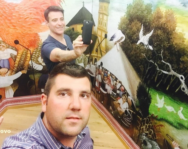 Goran dans une galerie d'art à Stari Grad /Ballade en voilier