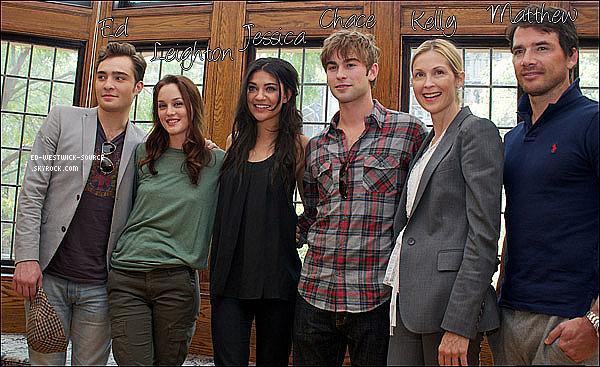 . FLASHBACK---- 23/09/10 :  Ed et ses co-stars à une conférence de presse pour une visite du set de Gossip Girl. .