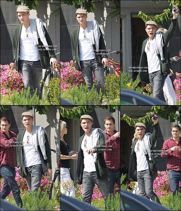 . 18/03/11 : Ed, très engagé, à été vu dans Los Angeles tenant une pancarte « Pray For  Japan ». ________)) 18/03/11 : Ed se balandant sous le soleil de LA dans West Hollywood, interpelle un ami.   TOP? .