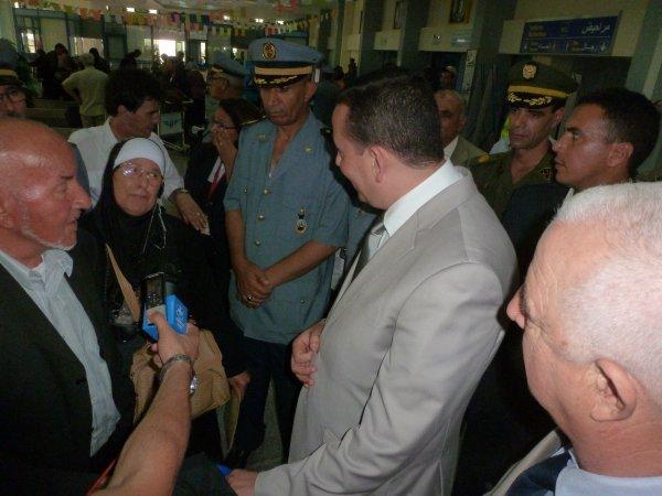 Belkacem Sahli supervise l'accueil des passagers du vol AH 10087