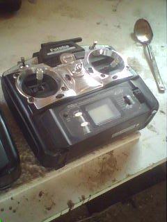 ma radiocommande 6ex 6 voies 2,4GHz avec trottle cut et mémoire de 6 modèles (avions et hélicoptères!)...