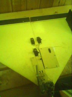 la delta de guillaume(mon frère) en frigolitte avec recepteur futaba 2,4GHz et moteur super tigre 2temps...