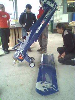 marc maillez en train de monter son redbull (biplan de 2m40 d'envergure avec  moteur brushless!)