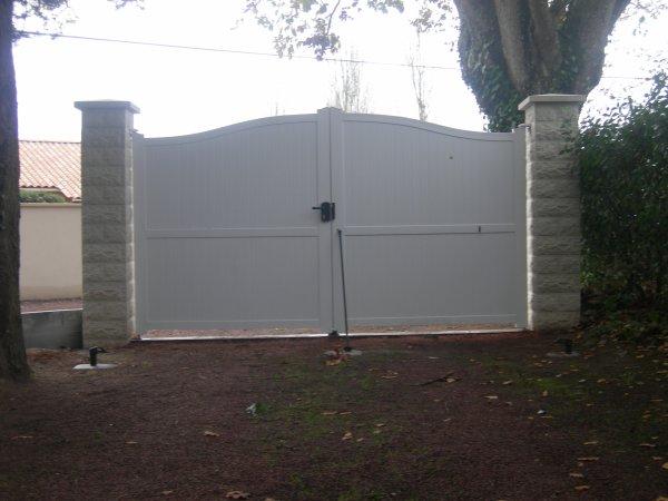 creation d 39 une entree pilones portail pvc mur pierre seche parments et grillage renovation. Black Bedroom Furniture Sets. Home Design Ideas